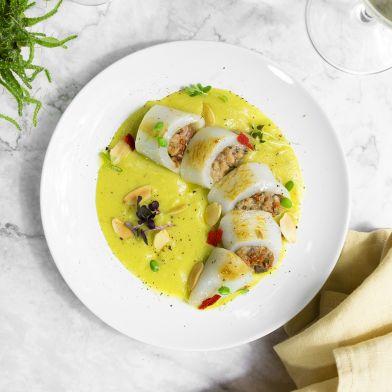 Calamaro ripieno su crema di topinambur al curry