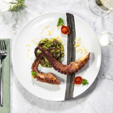Piovra grigliata e scarola ripassata all'aglio, peperoncino e olive taggiasche